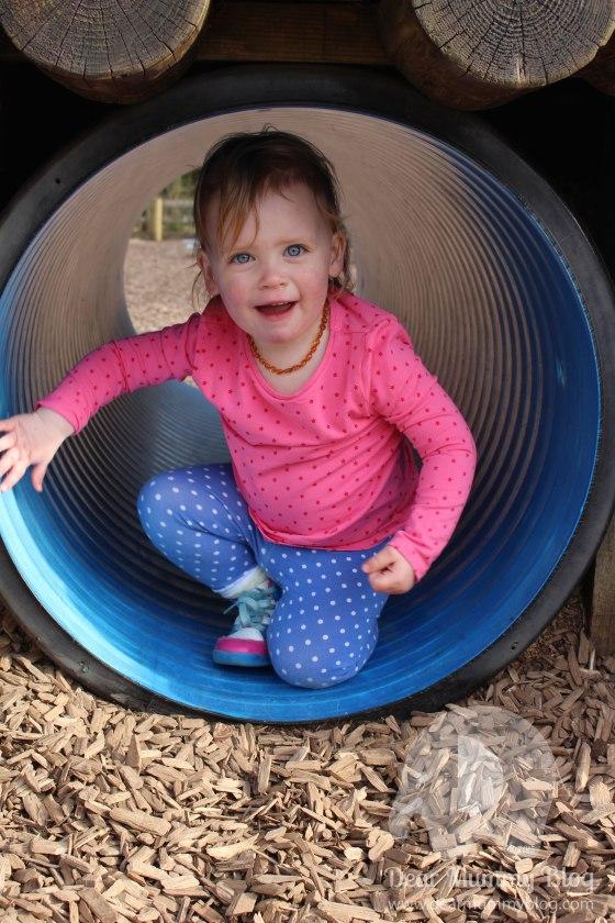 Bella in tunnel